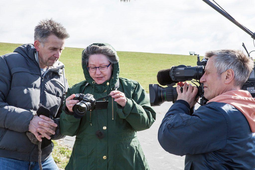 NDR Fernsehteam beim Fotoworkshop im Meldorfer Speicherkoog |  Stefan Carstensen mit einer Teilnehmerin